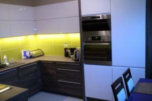 kuchnia na zamówienie - biała z ciemnym drewnem