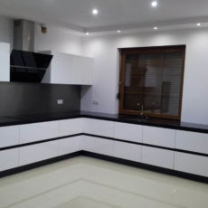duża biało czarna kuchnia