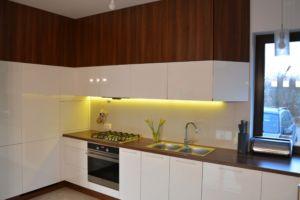 meble kuchenne na wymiar z białymi frontami