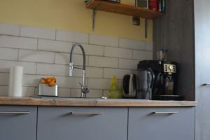 szara kuchnia z drewnianymi półkami