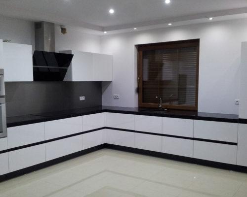 nowa biała kuchnia z czarnym blatem
