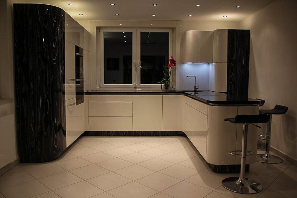 duża kuchnia z białymi frontami o oświetleniem LED